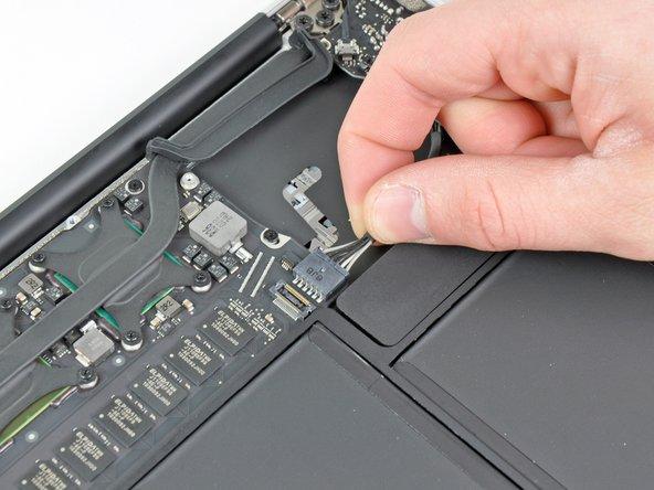 Trenne das I/O Board, indem du das Netzkabel aus seinem Anschluss auf dem Logic Board entfernst.