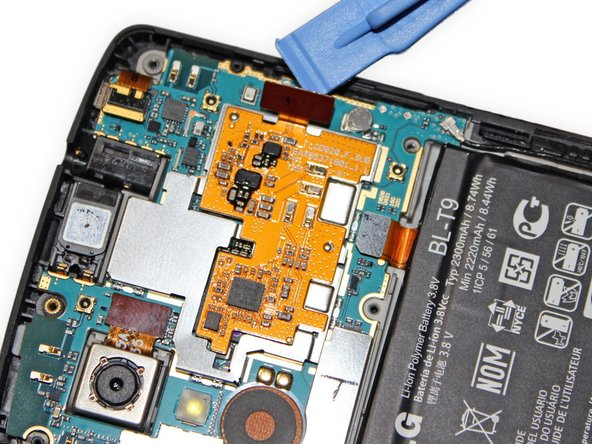 Verwende ein Plastic Opening Tool, um das Flachbandkabel des NFC Boards vom Motherboard abzustecken.