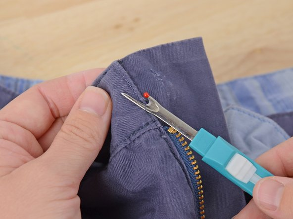 Die Naht um die Öffnung etwas auftrennen, bis sie groß genug ist, um das Band problemlos einzuführen.
