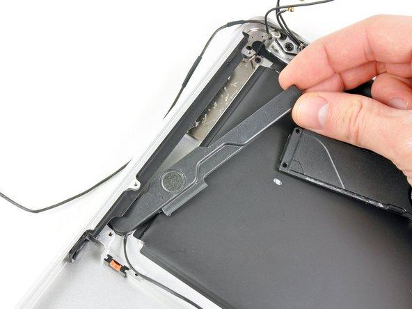 Retirez le haut-parleur droit de sous l'ouverture du lecteur optique.