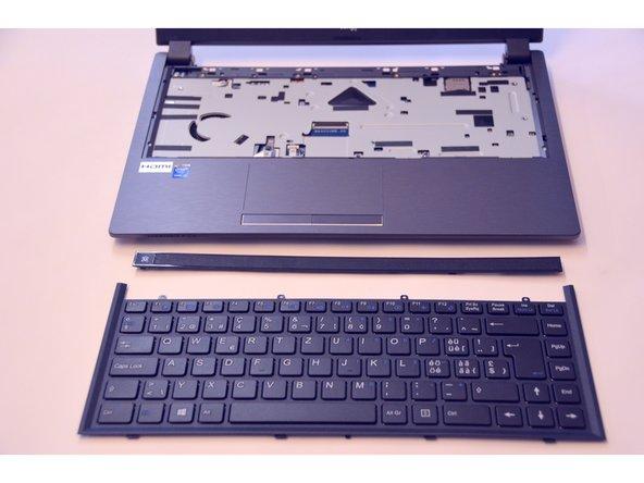 Sobald das Stecker-Kabel abgetrennt ist, heben Sie die Tastatur sorgfältig heraus.