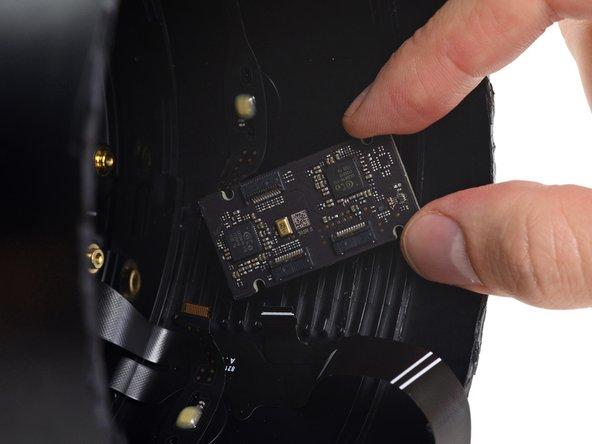 Nous insistons pour décoller une petite carte, de l'adhésif la fixant au tube et remarquons deux puces ADC CX20810 Conexant de la marque Synaptics, destinées à la rangée des microphones.