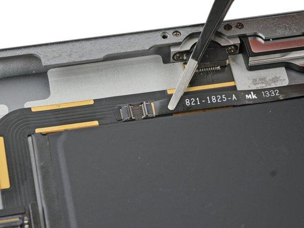 Ziehe das Lautsprecherkabel gerade aus seinem ZIF Verbinder heraus.