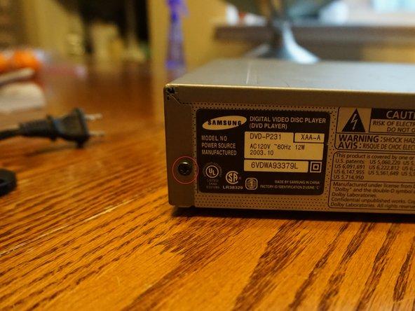 پیچ های موجود در لبه خارجی پوشش بالا را با پایین DVD Player پایین بیاورید