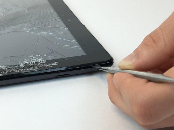 Soulever le support en plastique de la tablette à l'aide du spudger en plastique, en libérant tous les clips intérieurs.