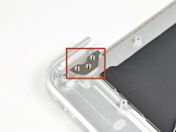 Sobald die beiden Displayscharniere es erlauben, entferne das Display und lege es beiseite.