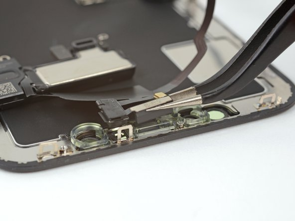 Le capteur reste attaché au reste des capteurs par une nappe très fine. Faites attention à ne pas forcer ni abîmer cette nappe.