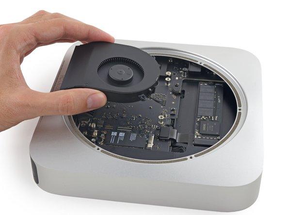 Entferne den Lüfter aus dem Mac Mini.