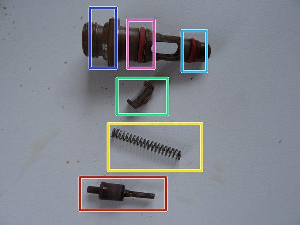 Schraube das Ventilstück mit einem Gabelschlüssel SW 13  heraus.