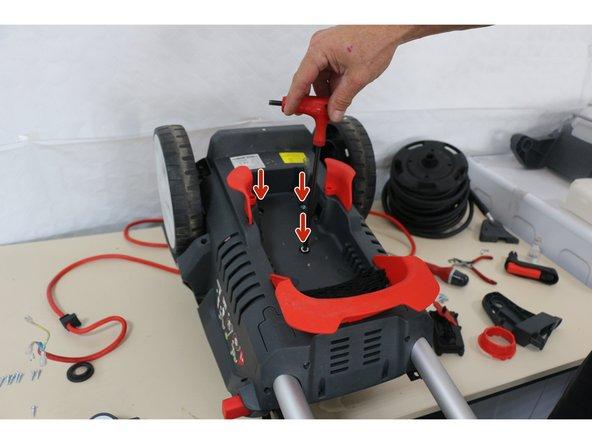 Dévisser les 3 visses de fixations de la pompe à l'aide de la clé allen