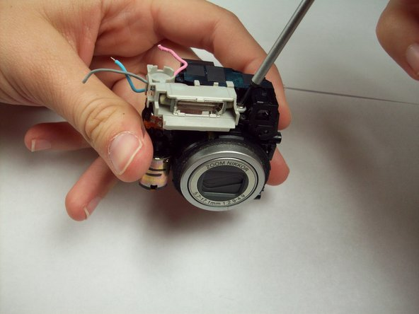 Image 1/1: The flash bulb can now be lifted off the lens assembly.