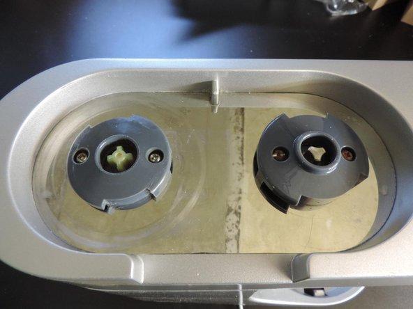 Schrauben lösen um beide Kunststoffteile zu entfernen