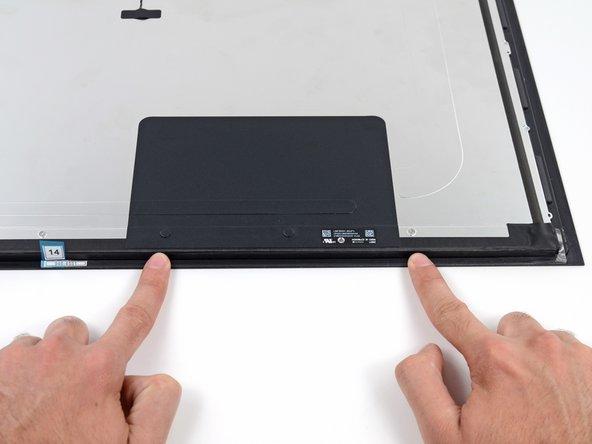 Lissez la bande adhésive du bout des doigts, commencant par le centre vers l'extérieur pour assurer une bonne étanchéité sans bulles ou rides.