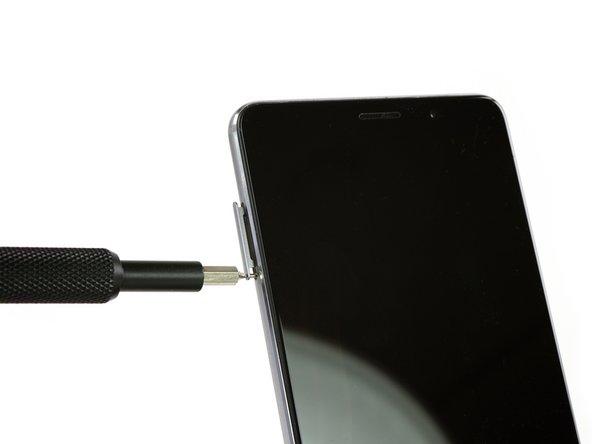 Schalte zuerst dein Smartphone aus und entferne die SIM-Kartenhalterung.