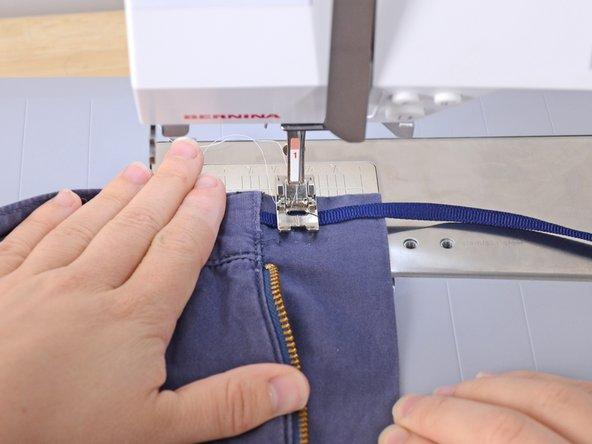 Non ricucire la taschina nella quale è stata inserita l'estremità della fettuccia.