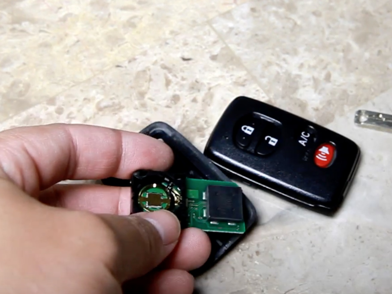 2009-2015 Toyota Prius Key Fob Battery Replacement (2009, 2010, 2011, 2012,  2013, 2014, 2015) - iFixit Repair Guide