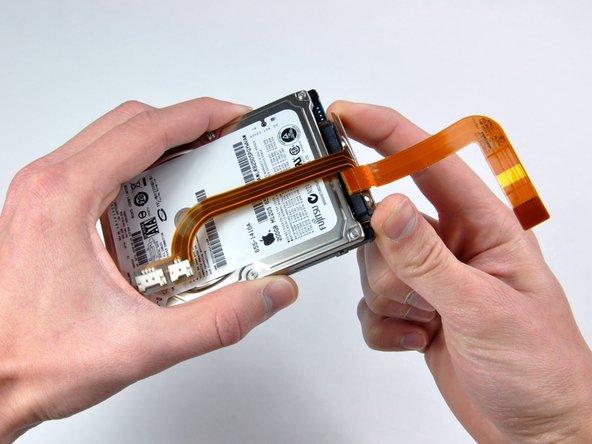 Desconecta el cable del disco duro de la parte posterior del disco duro.