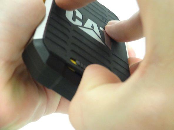 Quite la cubierta posterior levantando suavemente hacia arriba de la parte inferior de la cubierta posterior. La parte posterior se romperá y la batería estará expuesta.