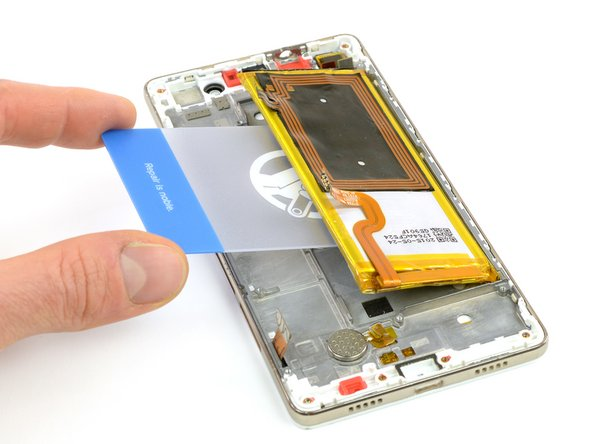 Changing the display can be done without removing the battery. But for safety reasons we recommend removing it as seen in the battery guide by pulling the adhesive tab and prying it out with a plastic card.
