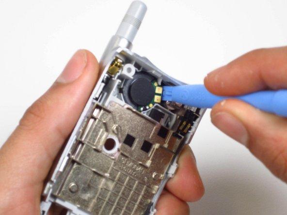 Utilisez l'outil d'ouverture pour soulever le haut-parleur du côté droit.