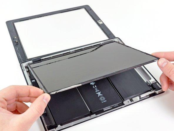 Hebe das LCD an der langen Kante, an der sich die Lautsprecherregler befinden, an und klappe es aus dem hinteren Gehäuse heraus.
