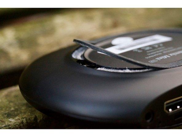 Dans un premier temps, il est nécessaire de retirer une partie du patin de caoutchouc, afin de laisser apparaitre les deux vis du boitier.