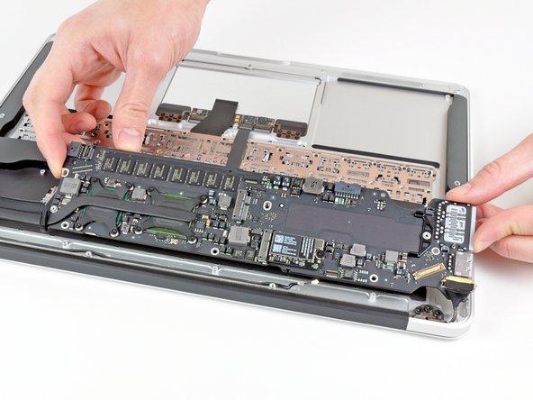 Entferne die Logic Board Einheit vorsichtig vom oberen Gehäuse und achte dabei darauf, dass sich keine Kabel verfangen.