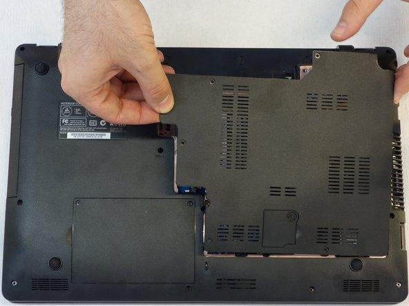 Attention! Débrancher le câble du ventilateur pour pouvoir retirer entièrement le capot (voir étape suivante).