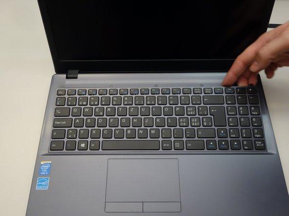 Dégagez maintenant doucement le clavier.