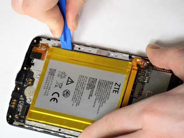 Using the iFixit opening tools carefully pry the edges of the battery away from the casing.