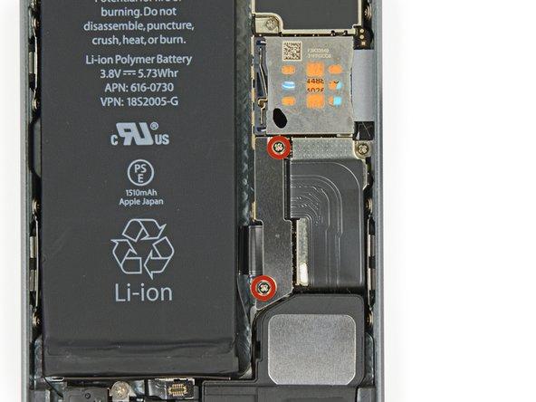 Entferne die zwei 1,6 mm Kreuschlitzschrauben (Phillips #000), welche die metallene Klemme des Batterieanschlusses am Logic Board festmachen.