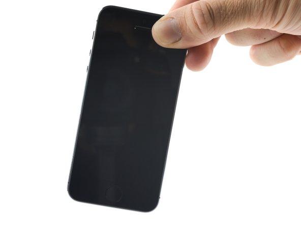握住手机的右上方然后轻轻地将手机来回摇晃,将其内的液体尽可能多地从手机底部甩出。