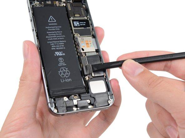 Achte darauf, nur den Batterieanschluss nach oben zu hebeln und nicht seine Fassung auf dem Logic Board. Wenn du die an der Fassung des Batterieanschluss hebelst, kann es sein, dass der Anschluss vollständig bricht.