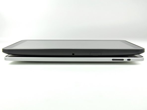 According to Motorola, the Xoom weighs 730 grams, exactly the same as the iPad 3G, although the Xoom is noticeably thicker.