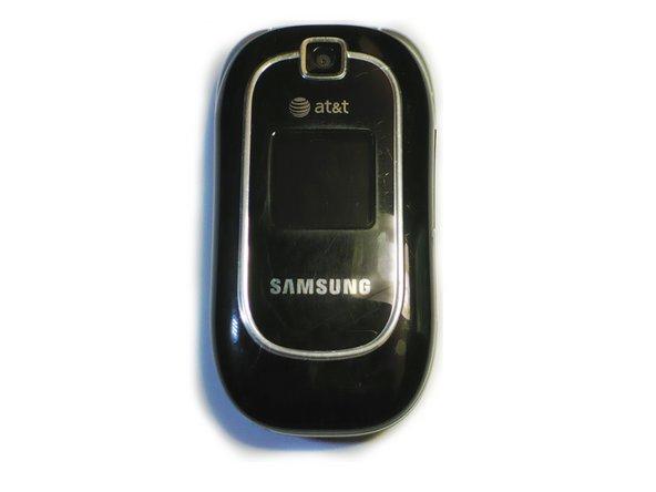Placez le téléphone face vers le bas de sorte que le couvercle de la batterie s'affiche.