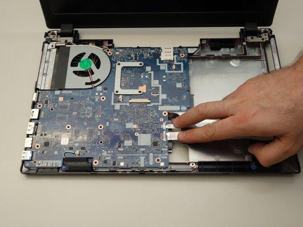 Commencez par repérer les deux câbles plats comme indiqué dans la première image de cette étape. Ces deux câbles plats doivent être déconnectées de la carte mère.