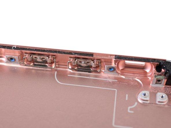 Die Lautstärkeregler und der Power Button sind an der Gehäusewand befestigt und trotzen einem normalen Ausbau.