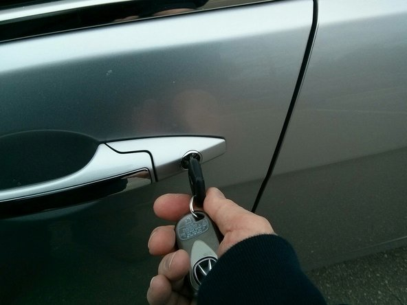 Image 1/2: Turn the key counterclockwise once to lock the vehicle.