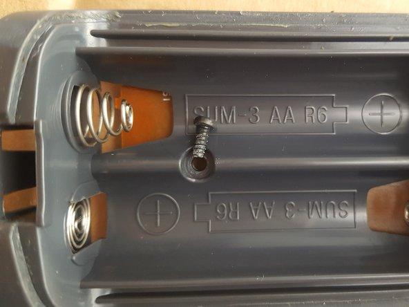 Para su desmontaje hay que ver si hay algún tornillo para quitarlo,  como en el espacio que ocupan las pilas, como se muestra en la imagen.