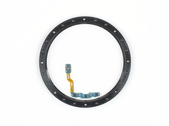 To read the turning of the bezel, the Galaxy Watch uses a different approach than the optical encoder of the Apple Watch.