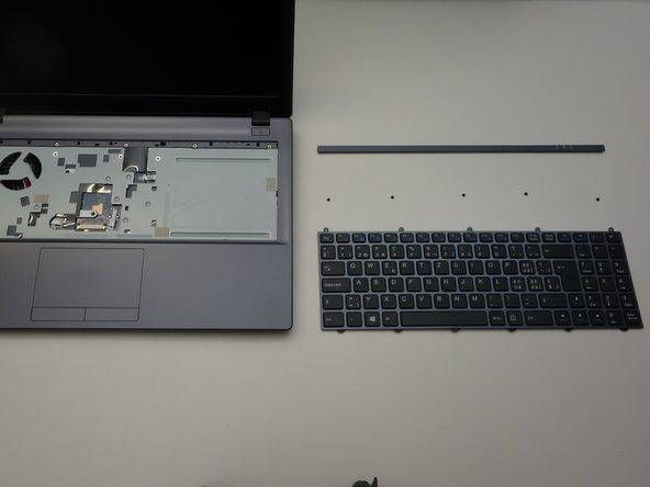 soulevez délicatement le clavier hors de son emplacement.