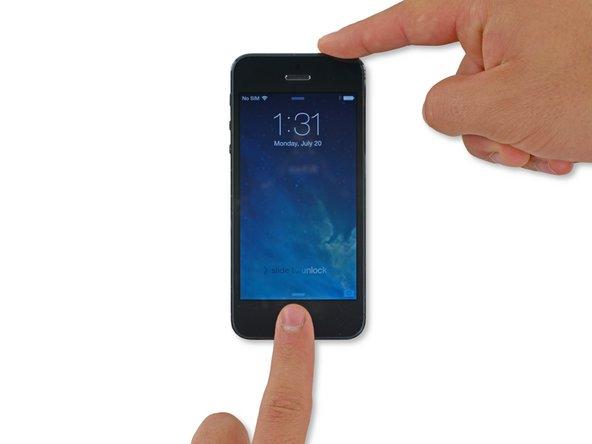 将您的iPhone尽可能安全地从液体中取出。减少手机与液体接触的时间可以降低手机被腐蚀的程度。
