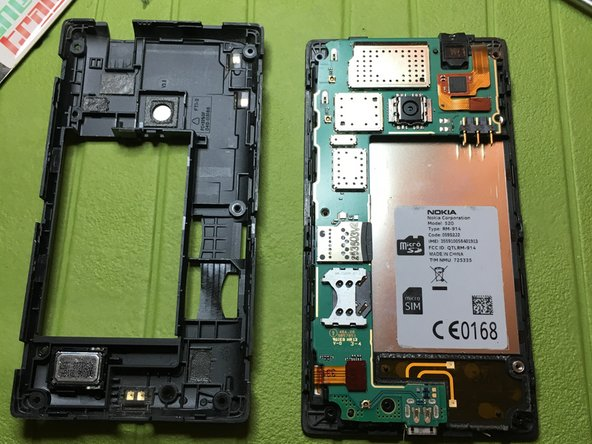 With a thin tool, unhook the central body from the back cover, along the entire profile of the phone