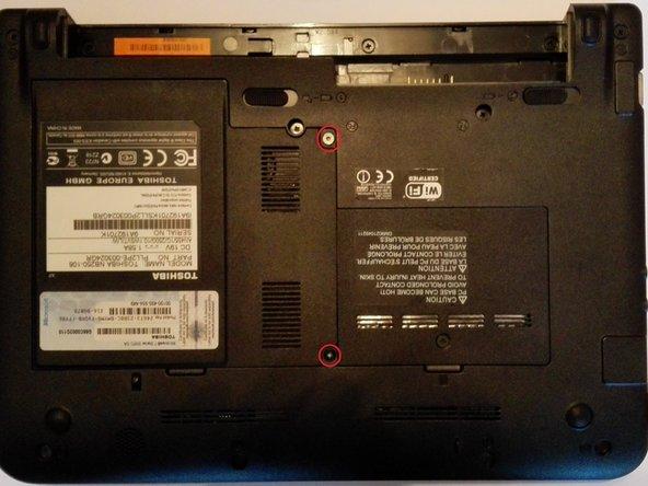 Entfernen sie nun die zwei Schrauben (T6 Torx) der Abdeckung von Festplatte und Wlan Karte. Entfernen sie die Abdeckung durch anheben und leichtes ziehen an der rechten Seite.
