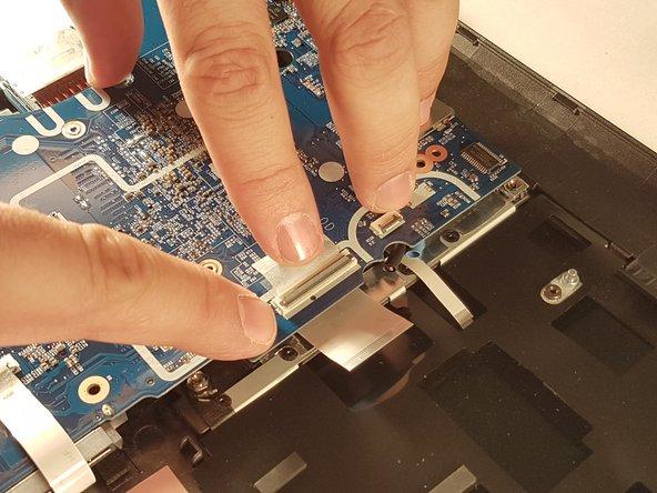 Débranchez les deux connecteurs entourés en rouge