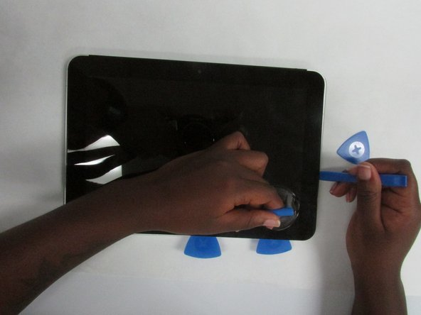 Place the suction cup on the lower right corner of the tablet display glass, making sure to place the suction cup inside the edges of the border  of the display glass.