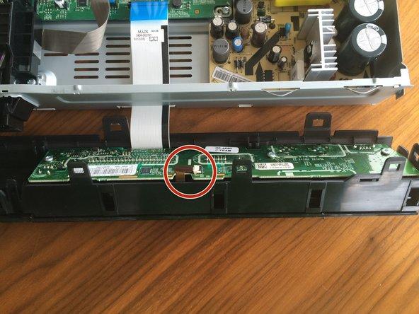 Image 1/3: Nun vorsichtig das braune Kabelband herausziehen.