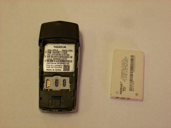 Utilisez un tournevis ou un spudger pour sortir la batterie hors du boîtier.