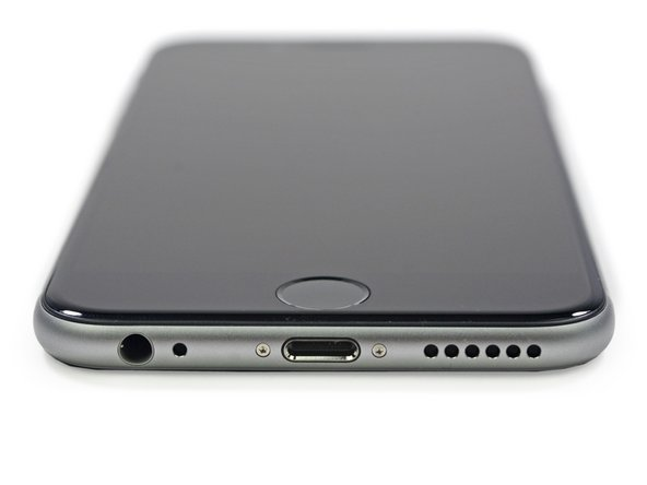 Il disegno arrotondato degli angoli dell'iPhone 6 ricorda molto l'iPhone di prima generazione, salvo per il connettore Lightning e le viti Pentalobe.