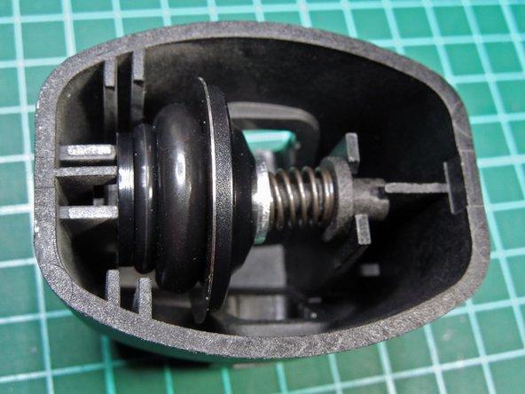 Image 2/3: Nun Messerkopf wieder auf Aluschiene schieben und diese in das Gerät einbauen.